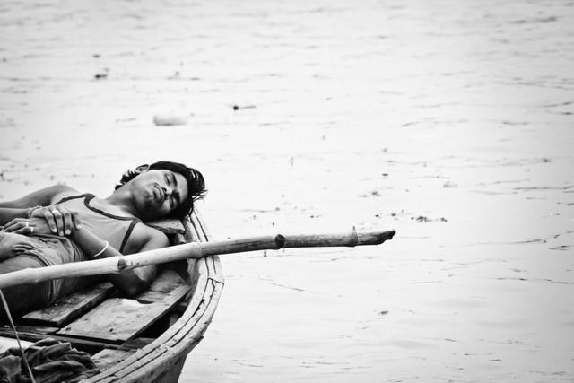 Nickerchen auf heiligem Wasser - fotokunst von Victoria Knobloch