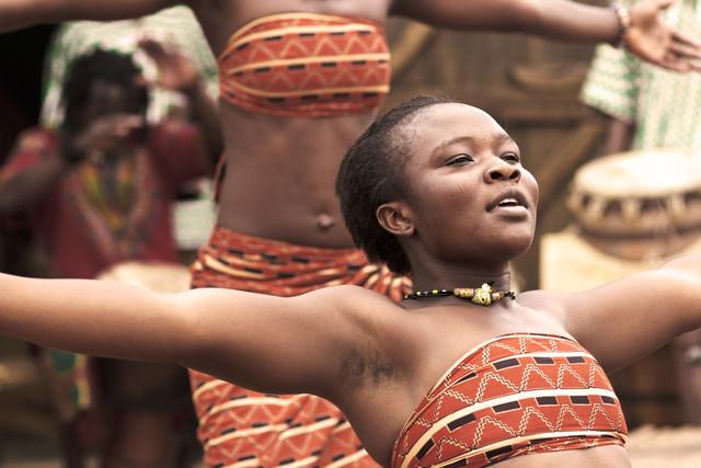 Adjobo dancer - Accra - fotokunst von Lucía Arias Ballesteros