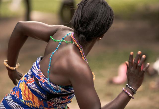 Dancer of The Onyame Bekyere Kukyekukyeky Bamboo Orchestra- Assi - fotokunst von Lucía Arias Ballesteros