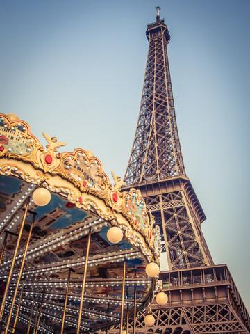Karussell am Eiffelturm 1 - fotokunst von Johann Oswald