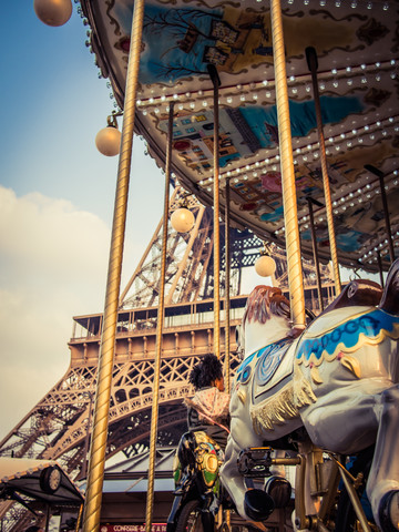 Karussell am Eiffelturm 2 - fotokunst von Johann Oswald