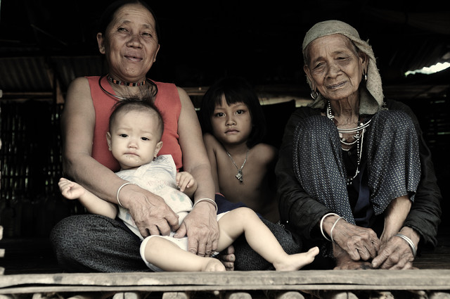 3-generations family in bamboo hut - fotokunst von Haifeng Ni