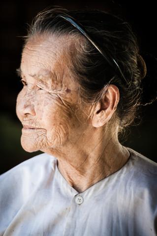 Old Lady in Vietnam - fotokunst von Mathias Becker