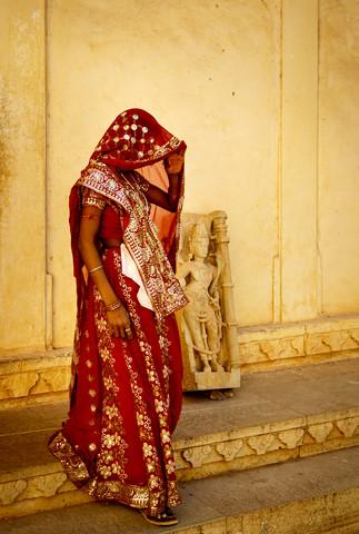 Roter Sari - fotokunst von Jens Benninghofen