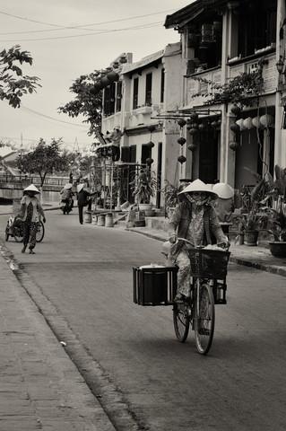 Streets from Hoi An - fotokunst von Phyllis Bauer