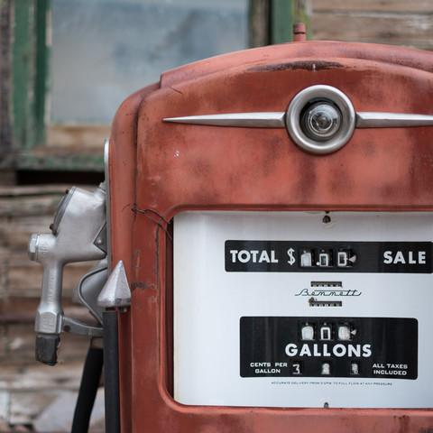 Old fuel dispenser - fotokunst von Olivier Beyssac
