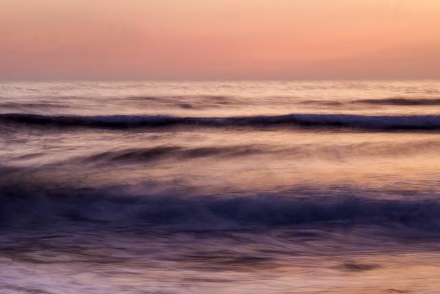 Gemalte Wellen in rosa - fotokunst von Jörg Farys
