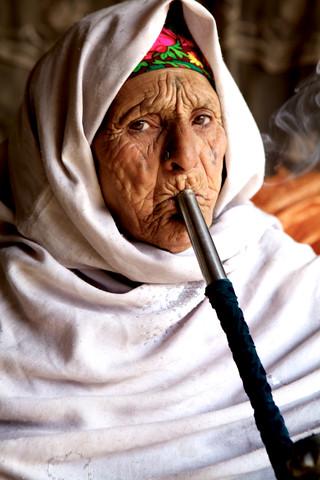 Smoking lady in Kabul - fotokunst von Christina Feldt