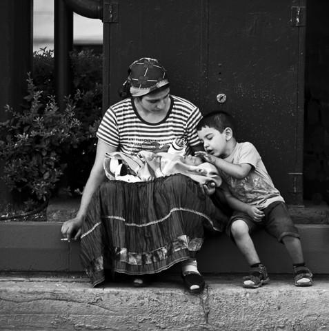 A boy take care of his newborn brother - fotokunst von Nasos Zovoilis