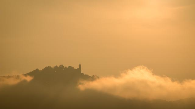 zwischen Wolken - fotokunst von Monika Schwager