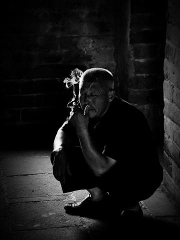 cigarette break - fotokunst von Jochen Fischer
