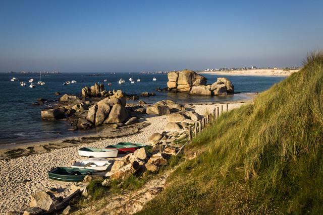 Zwischen Felsen, Sand und Meer... - fotokunst von Monika Schwager