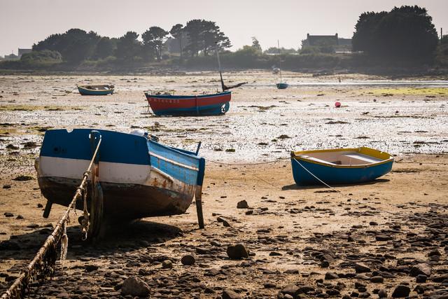 Boote bei Ebbe - fotokunst von Monika Schwager