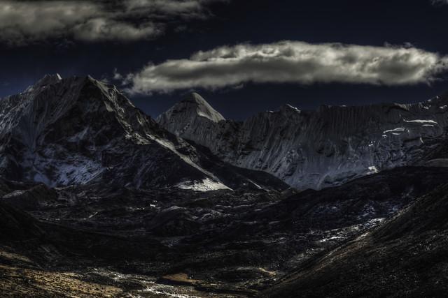 Iron forge & barren moon - fotokunst von Regis Boileau