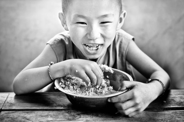 Little monk having lunch - fotokunst von Victoria Knobloch