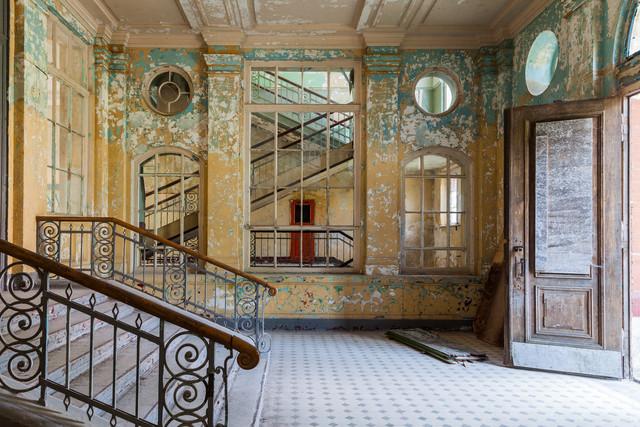 Treppenhaus in einem zerfallenden Gebäude - fotokunst von Sven Olbermann