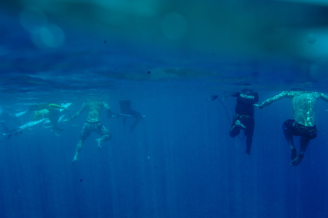 Surfer warten auf die Welle - fotokunst von Lars Jacobsen