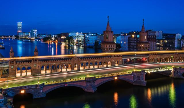 Berlin - Oberbaumbrücke zur blauen Stunde - fotokunst von Jean Claude Castor