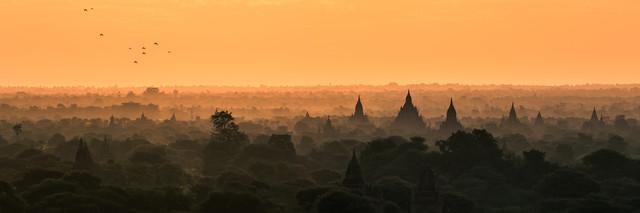 Burma - Bagan im Morgenrot - fotokunst von Jean Claude Castor