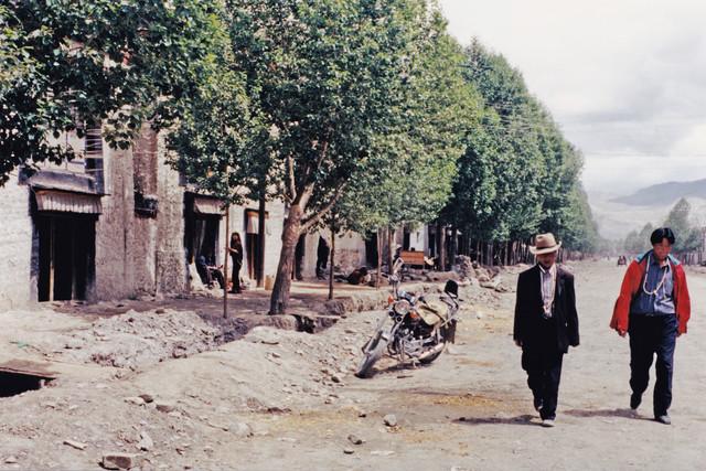 Street, Tibet, 2002 - fotokunst von Eva Stadler