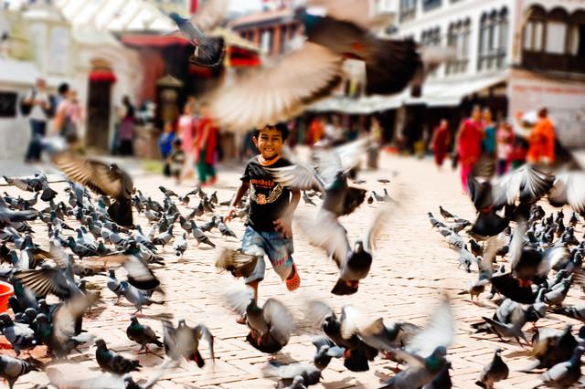 Junge zwischen Tauben - fotokunst von Michael Wagener