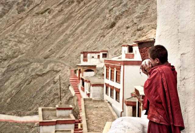 Mönch im Rizong Kloster - fotokunst von Victoria Knobloch