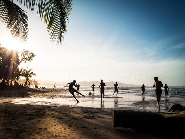 Beach Soccer 3 - fotokunst von Johann Oswald