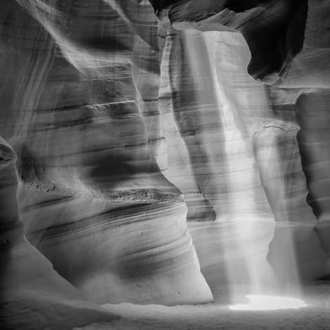 ANTELOPE CANYON Lichtsäule schwarz-weiß - fotokunst von Melanie Viola