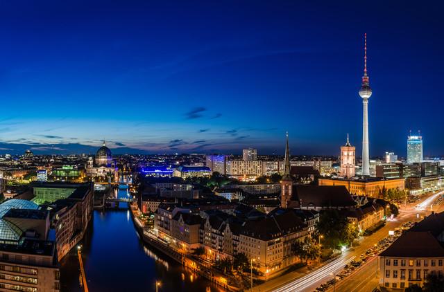 Berlin - Skyline zur blauen Stunde - fotokunst von Jean Claude Castor
