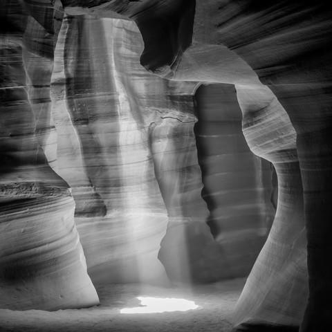 ANTELOPE CANYON Lightbeam schwarz-weiß - fotokunst von Melanie Viola
