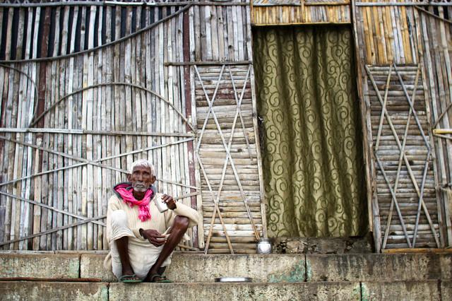 Alter Mann in Varanasi - fotokunst von Victoria Knobloch