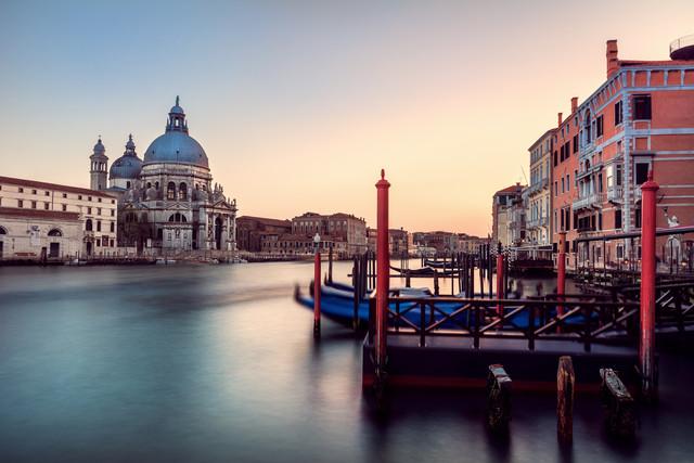 Venedig - Santa Maria Della Salute mit Anleger - fotokunst von Jean Claude Castor