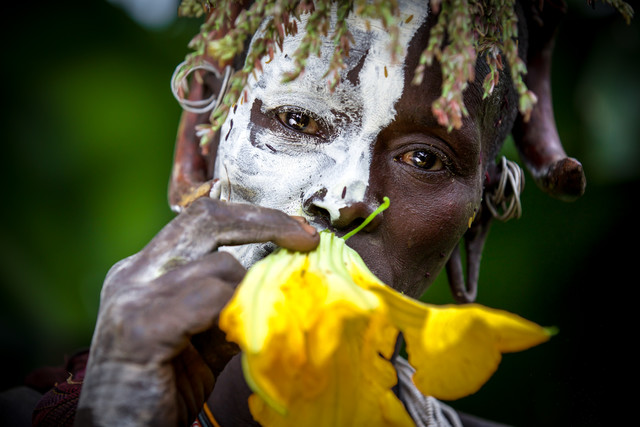 Sure woman with flower - fotokunst von Miro May