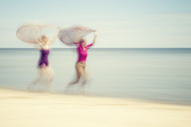 two women on beach #VI - fotokunst von Holger Nimtz