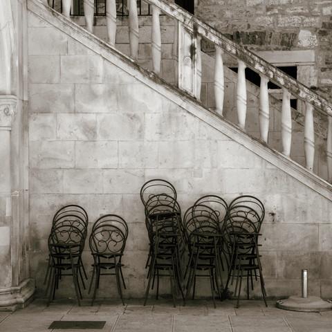 Mediterrane Stühle - fotokunst von Ernst Pini