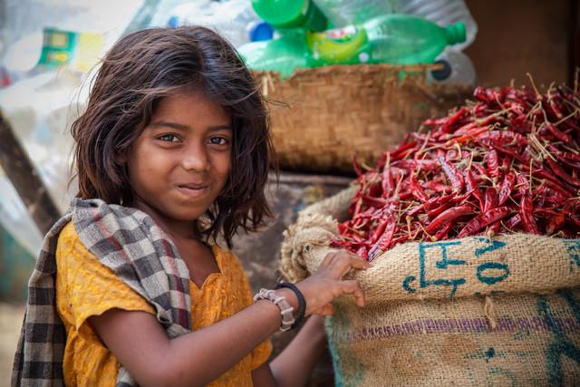 Girl with Chillies - fotokunst von Miro May
