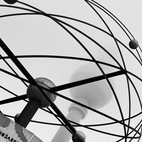 Berliner Fernsehturm mit Weltzeituhr im Nebel - fotokunst von Nadja Jacke