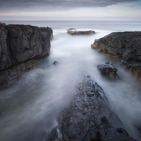 Bamburgh Rock Study 1 - fotokunst von Ronnie Baxter