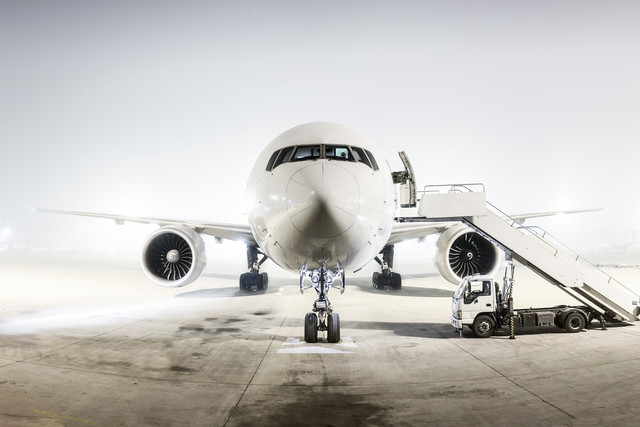 the man with the white plane - fotokunst von Roman Becker