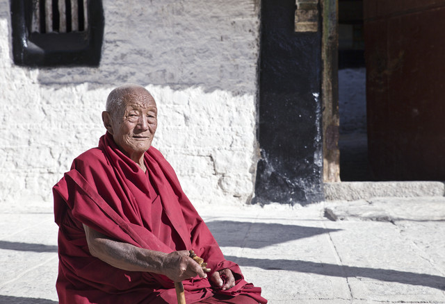 Mönch in Sera Monastery - fotokunst von Victoria Knobloch