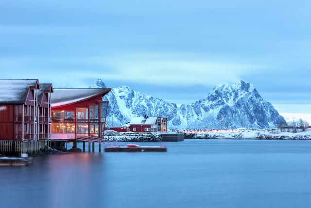 Rote Häuser am Hafen von Svolvaer - fotokunst von Michael Stein
