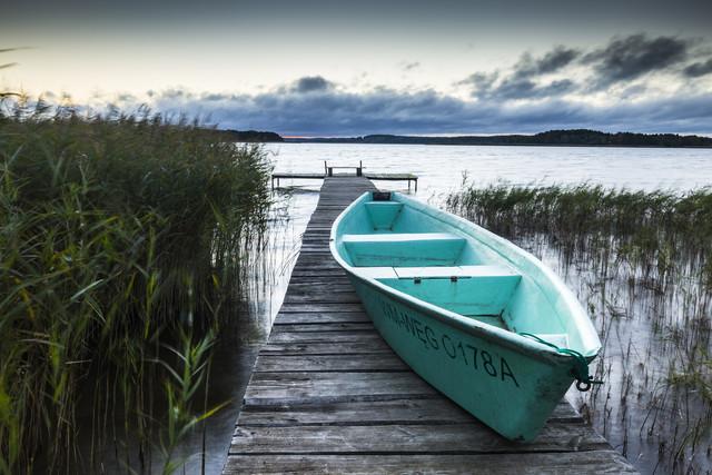 Blaues Boot in den Masuren - fotokunst von Mikolaj Gospodarek