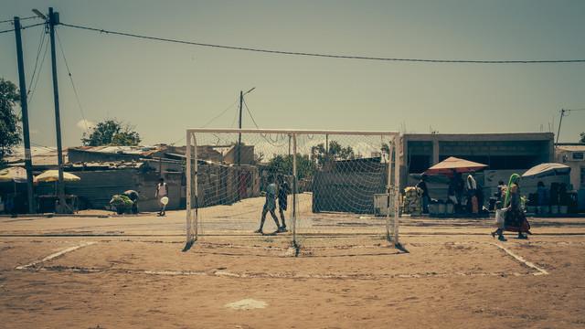 Streetphotography township Mafalala Maputo Mozambique - fotokunst von Dennis Wehrmann