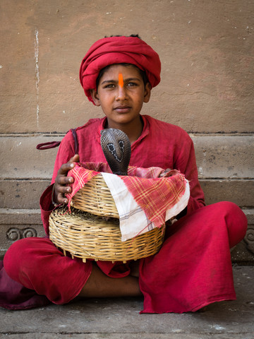Junge mit Kobra in Varanasi - fotokunst von Sebastian Rost