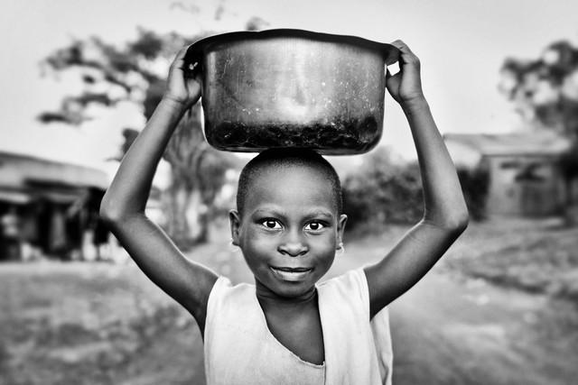 Mädchen in Mafubira - fotokunst von Victoria Knobloch