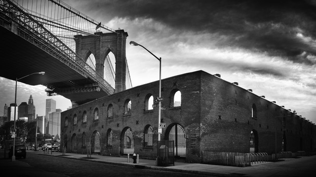 Below the Brooklyn Bridge - fotokunst von Rob van Kessel
