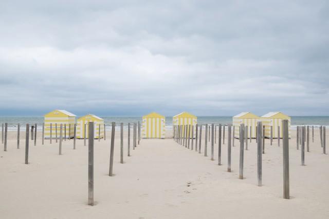 Strandhäuser in Belgien III - fotokunst von Ariane Coerper