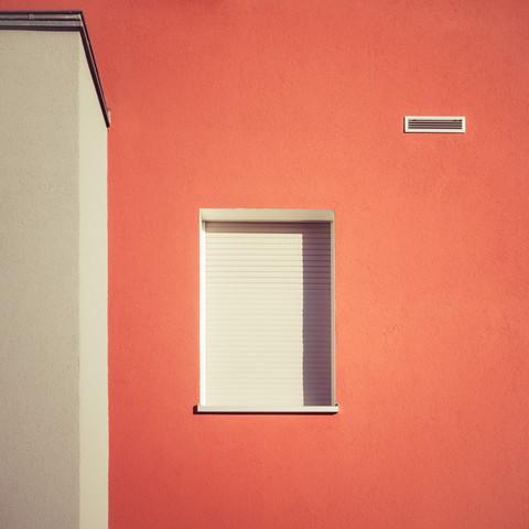 Fassadenausschnitt - fotokunst von Ezra Portent