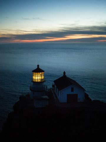 Leuchtturm bei Dämmerung - fotokunst von Leo Thomas