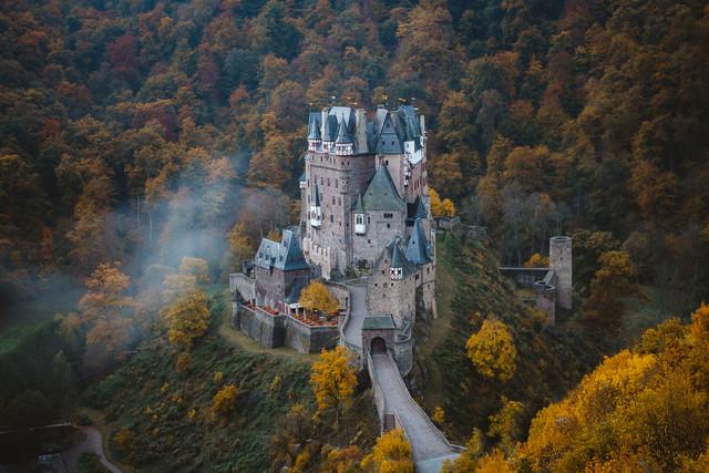 A Dreamy Fairy Tale Eltz Castle - fotokunst von Asyraf Syamsul